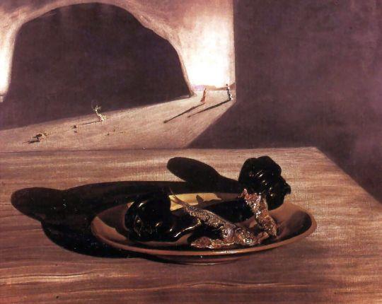 Телефон на тарелке с двумя жаренными сардинами в конце сентября
