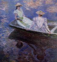 Молодые девушки в ряду лодок