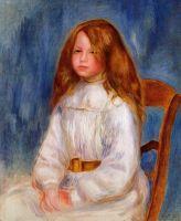 Сидящая девочка на голубом фоне