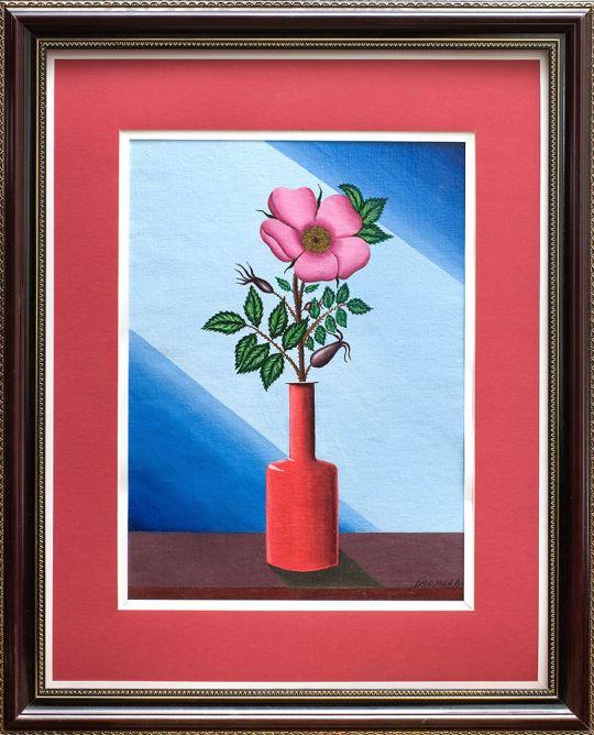 Цветок шиповника  в красной вазе