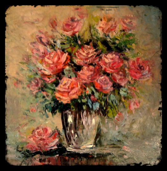 розы в стеклянной вазе