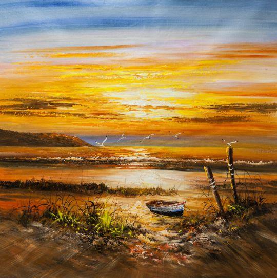 Лодка на берегу на фоне красного заката
