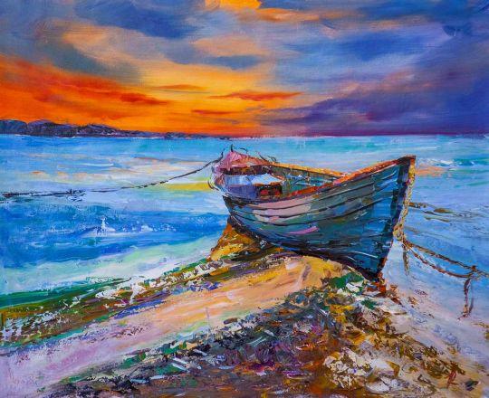 Синяя лодка на берегу океана. Закат