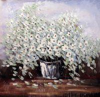 Белые цветы в белой вазе