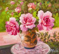 Букет роз на фоне сада