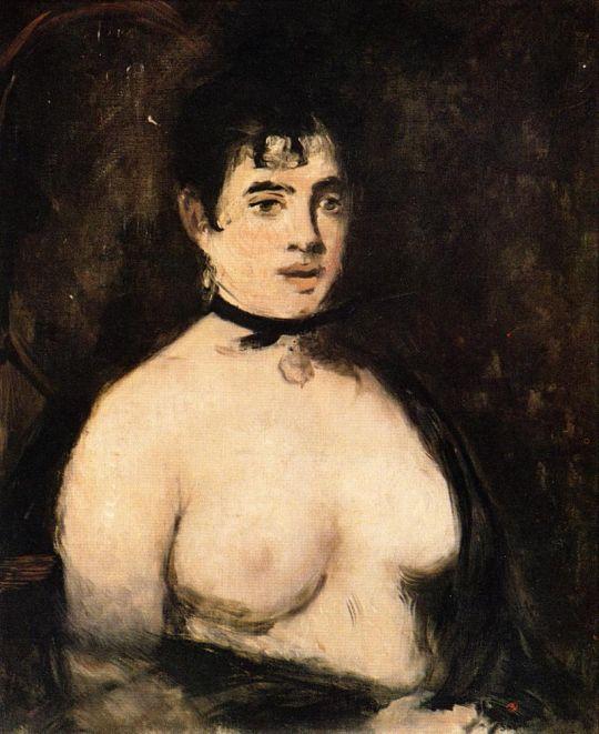 Брюнетка с обнаженной грудью