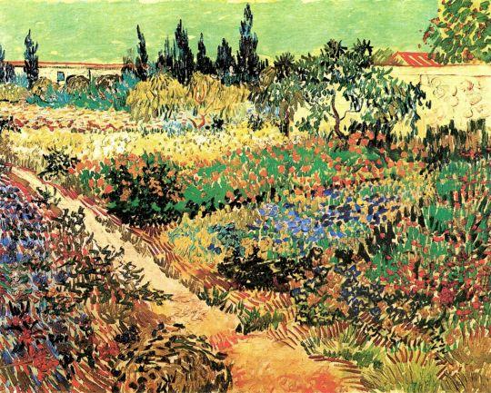 Тропинка в цветущем саду