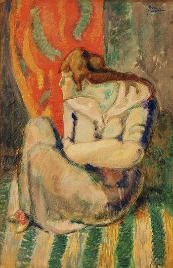 Женщтна сидящая на полосатом полу.
