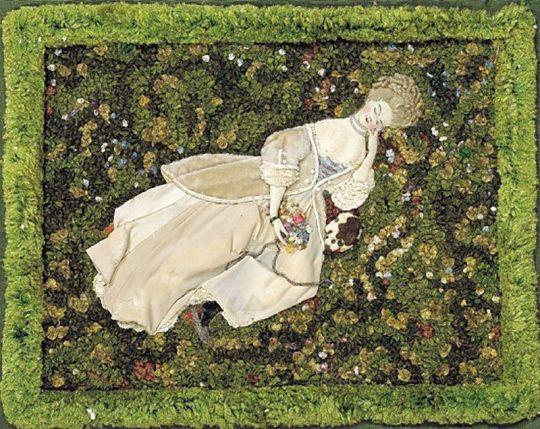 Дама с собачкой, отдыхающая на лужайке