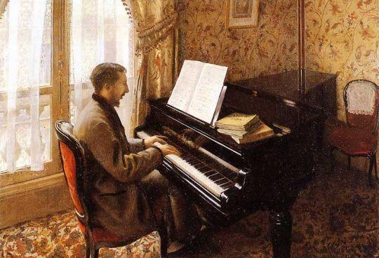Молодой селовек играющий на пианино