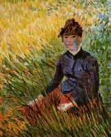 Женщина, сидящая в траве