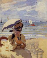 Камилла, сидя на пляже в Трувиль