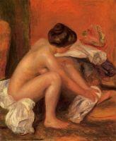 Купальщица, вытиращая ноги