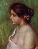 Бюст девушки с цветком за ухом