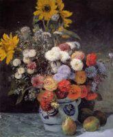 Разные цветы в глиняном горшке