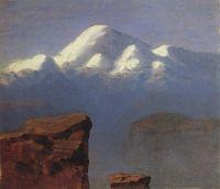 Вершина Эльбруса, освещенная солнцем.