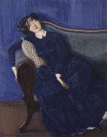 Спящая женщина в синем платье