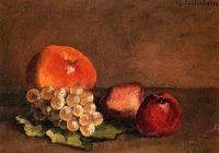 Персики, яблоки и виноград на виноградных листьях
