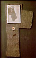 Разрезанный пополам войлочный крест с покрытым пылью портретом Магды, 1960-65