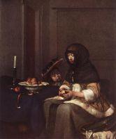 Женщина, срезающая кожуру с яблока