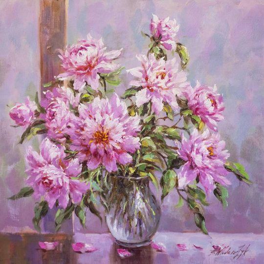 Букет розовых пионов в стеклянной вазе