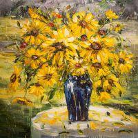 Желтые цветы в синей вазе
