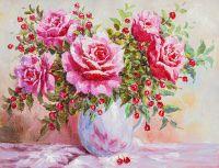 Розы в обрамлении красных ягод