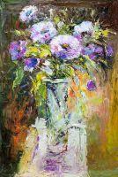 Букет фиолетовых цветов в высокой вазе