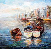 Рыбачьи лодки на фоне города