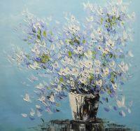 Белые цветы на голубом фоне