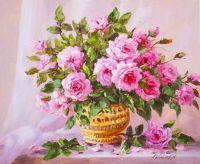 Букет садовых роз в золотой вазе