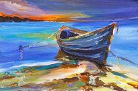 Синяя лодка на берегу океана