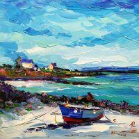 Синяя лодка на песчаном берегу