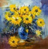 Букет желтых цветов в синей вазе